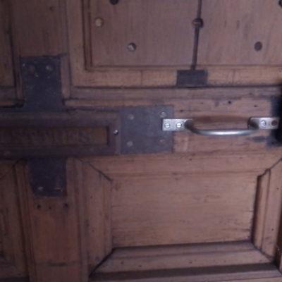 Grande porte en bois sculpté