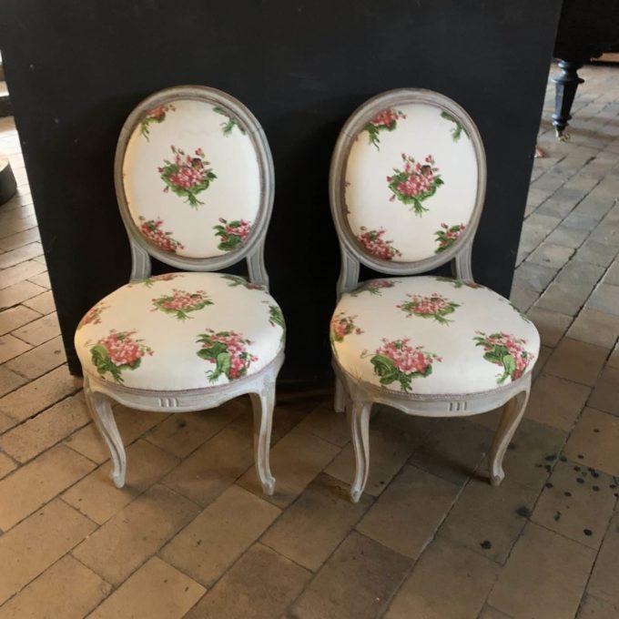 Chaise fleurie blanche