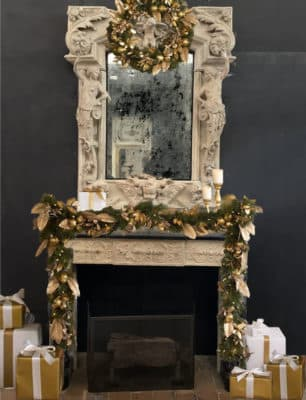 Cheminée ancienne décorée pour Noël